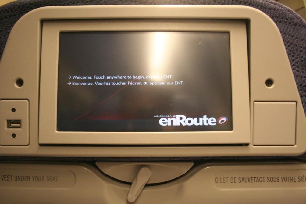 Sisteminha enRoute da AC, com várias opções de entretenimento. Mas sempre conectado ao avião, parando seu filme para dar avisos relevantes à tripulação.