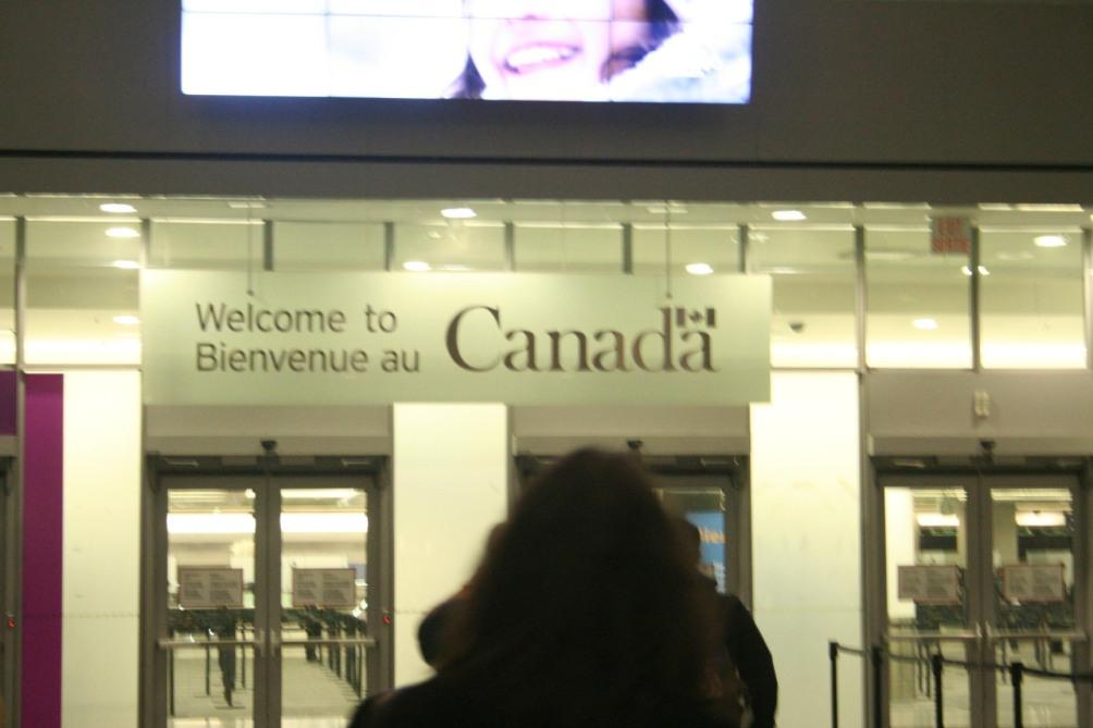 """""""Entrada"""" do Toronto Int. Ao contrário do meu aeroporto, onde vemos os governantes da cidade plotados (leia-se os donos do carnaval, como bel marques, entre outros), aqui é uma simples mensagem com a marca do governo do país."""